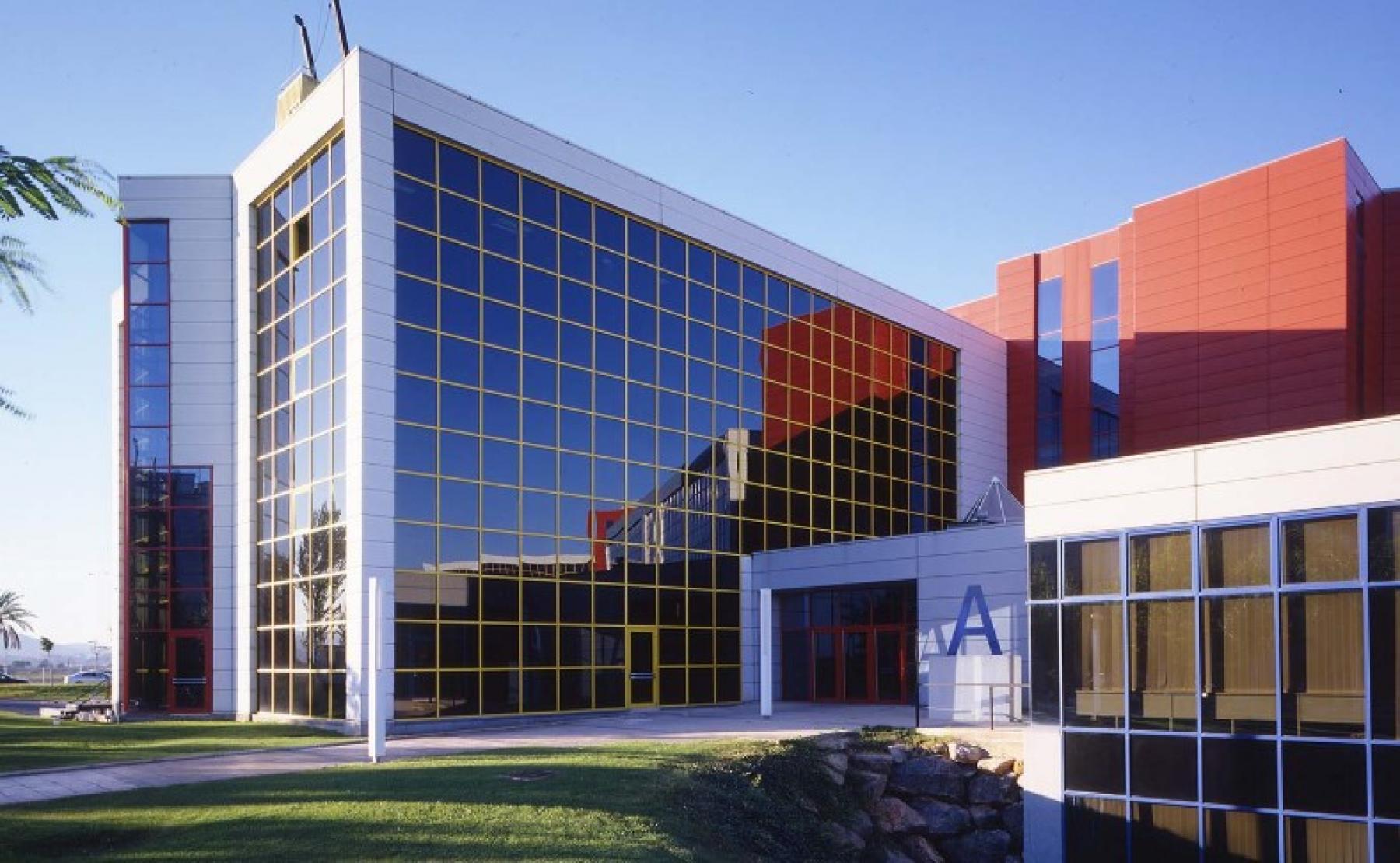 Otra vista de la fachada del edificio Muntadas I