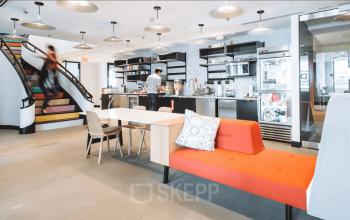 Offener Bereich mit großzügig eingerichteter Küche und bunten Treppenstufen