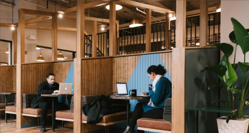 Flexible Arbeitsplätze in Nischen mit Holzvertäfelung