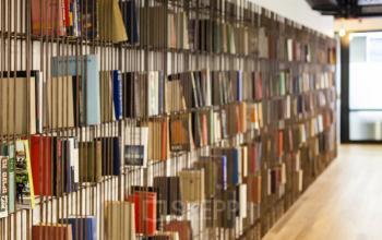 Büroraum mit Holzboden und Bücherregal
