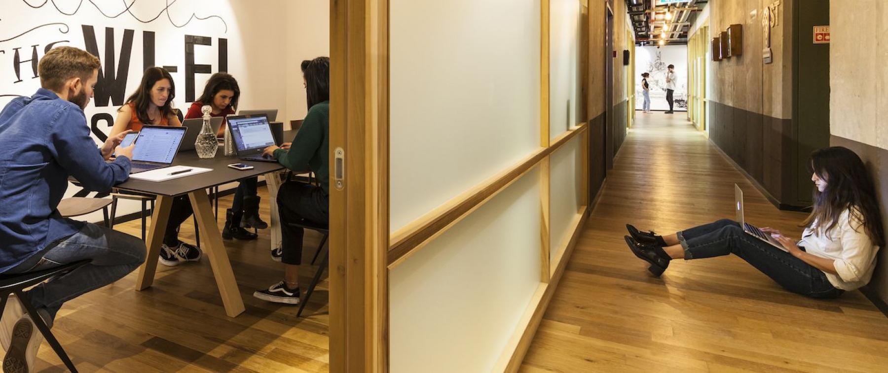 Arbeitsplätze in offenem Büro und modern designter Flur