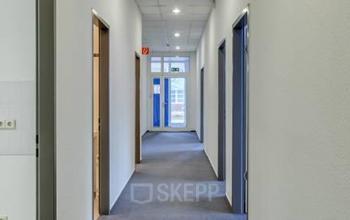 Langer Flur im Bürogebäude an der Landsberger Straße in Berlin