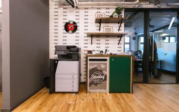 Kreativ eingerichteter Druckbereich mit Büromaterialien