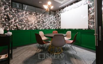 Modern eingerichteter Konferenzraum für wichtige Besprechungen