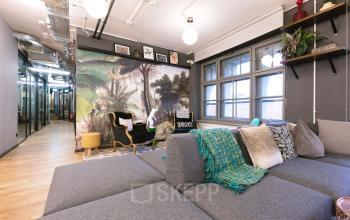 Stylisch designter Gemeinschaftsbereich mit Gemälde