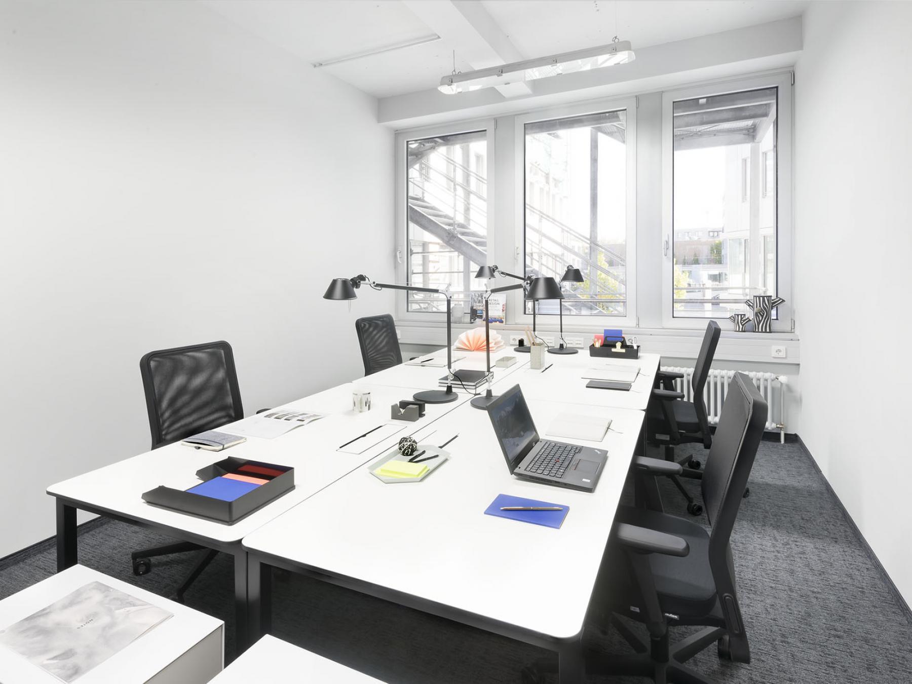 Modernes perfekt eingerichtetes Büro für mehrere Mitarbeiter