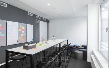 Moderner Projektraum mit Whiteboard und Magnetwand