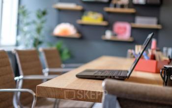 Arbeitsplatz in freundlicher Atmosphäre an Holztisch mit Arbeitsmaterialien