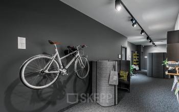 Langer Flur mit aufgehängtem Fahrrad