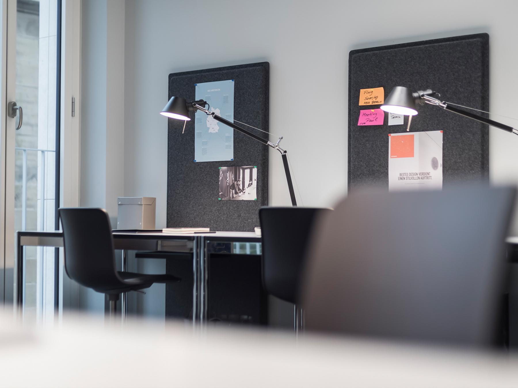 Feste Arbeitsplätze in modern gestalteter Coworking-Area