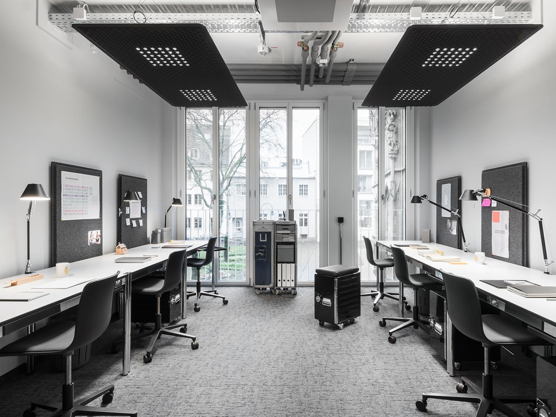 Modern gestalteter Büroraum mit viel Lichteinfall