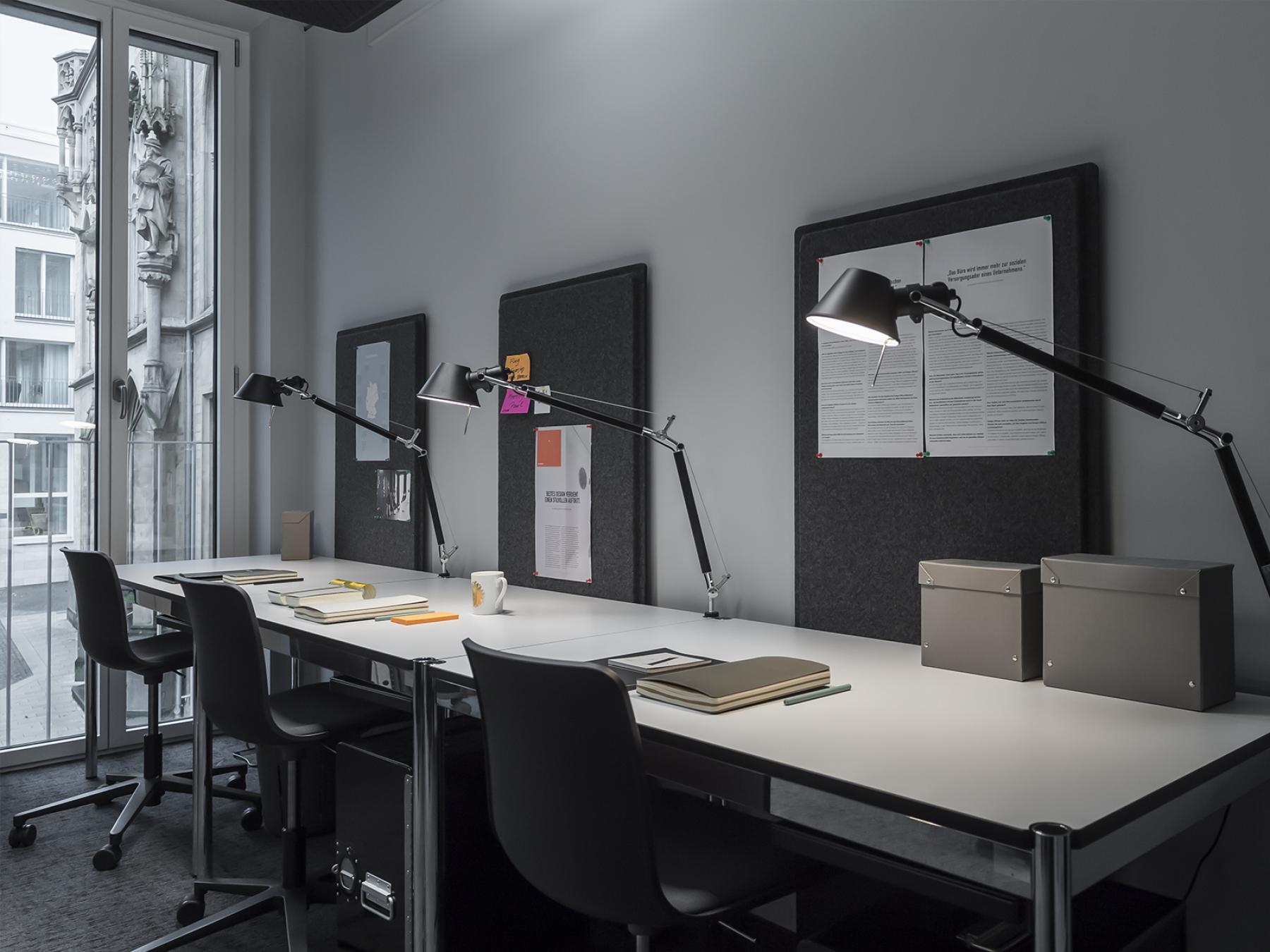 Arbeitsplätze an aufgeräumtem Schreibtisch mit toller Aussicht