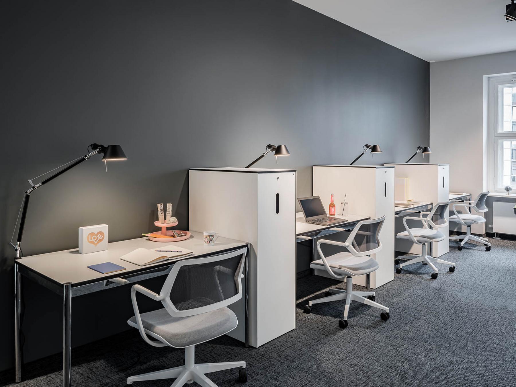 Moderner Coworking-Bereich in offenem Büroraum