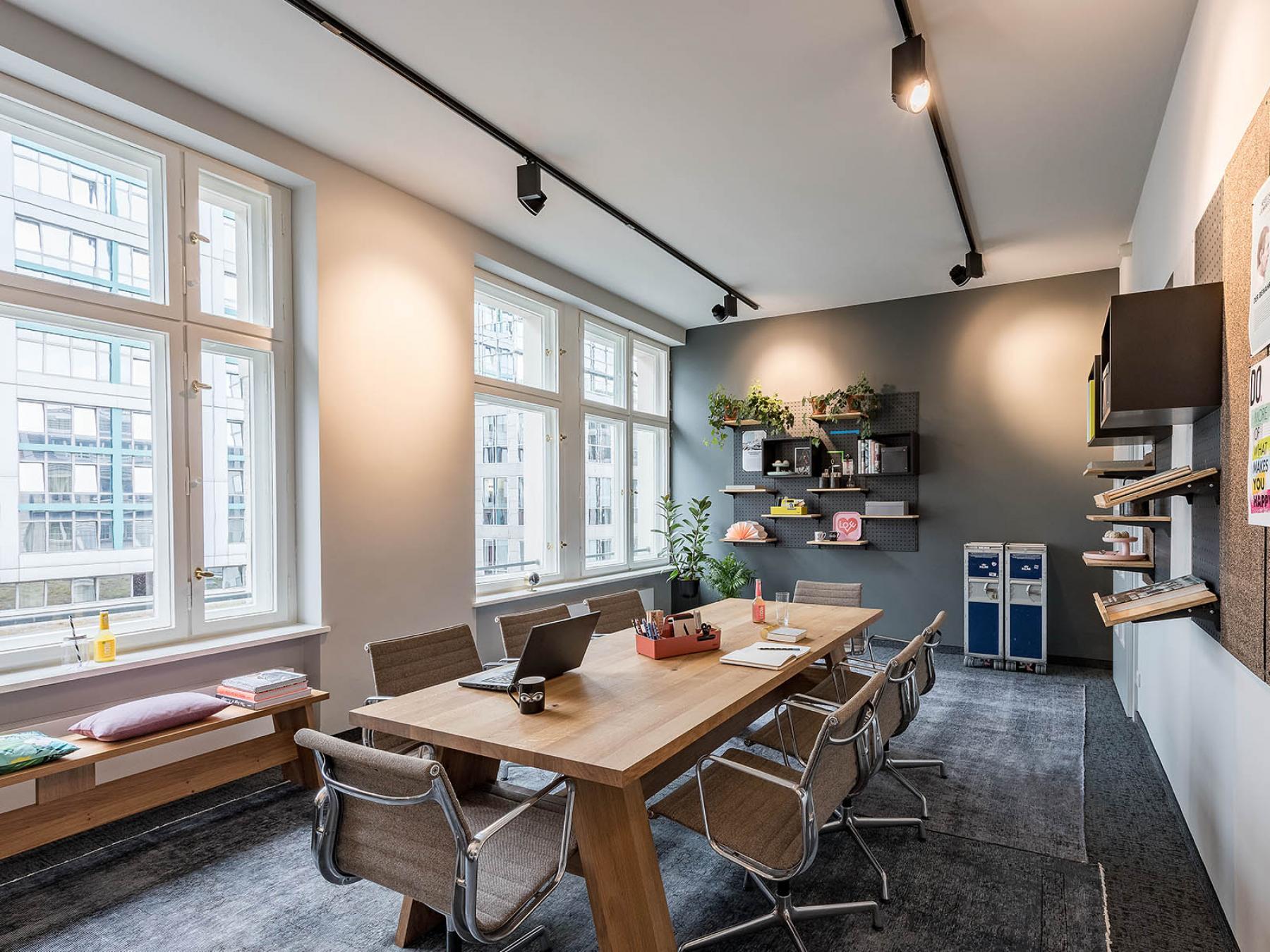 Freundlich und modern eigerichtetes Büro in warmen Farben