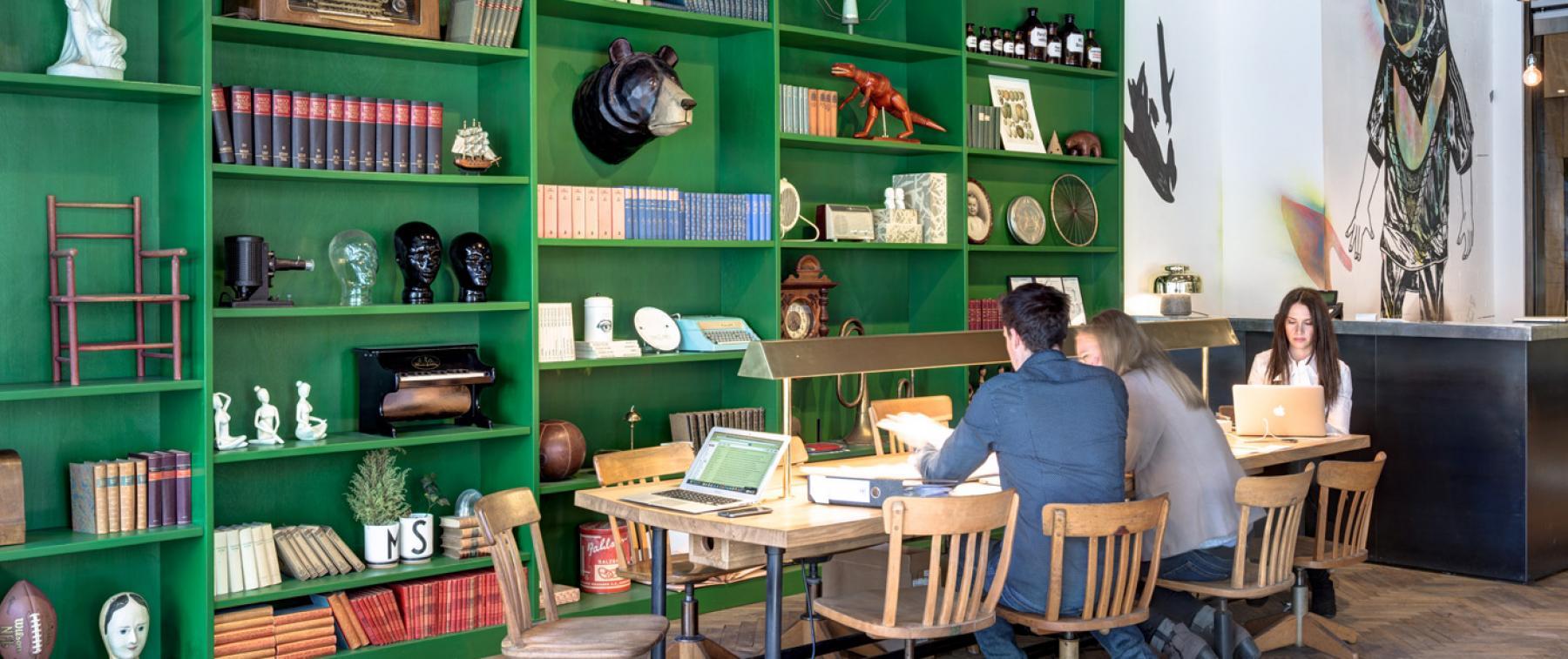 Arbeitsplatz in stilvoll eingerichteter Coworking-Area