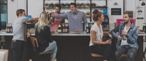 Toll eingerichtete Bar für ausgelassene Firmenfeiern
