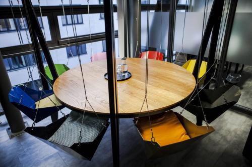 Runder Arbeitsbereich in Büroraum Berlin Mitte