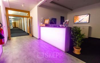 Bürogebäude mit geschmackvollem Eingangsbereich in Berlin Moabit
