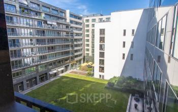 Bürogebäude in Berlin Moabit mit grünen Innenhof