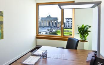 Helles Büro mieten in Berlin Mitte mit Aussicht auf das Brandenburger Tor