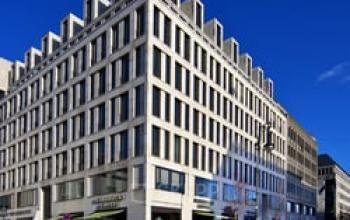 Modernes Bürogebäude in Berlin Mitte am Pariser Platz