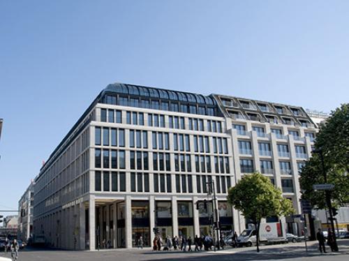 Beeindruckende Außenansicht des Bürogebäudes in Berlin-Mitte