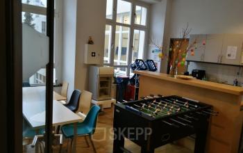 Voll ausgestattete Gemeinschaftsküche der Büroimmobilie in Berlin