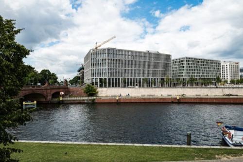 Außenansicht vom Bürogebäude in Berlin Moabit an der Spree
