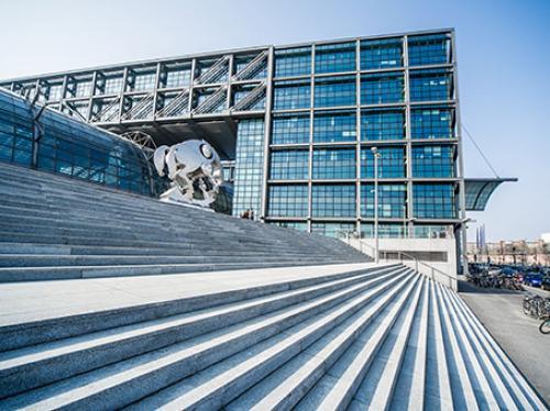 Beeindruckende Außenansicht des Bürogebäudes in Berlin Moabit