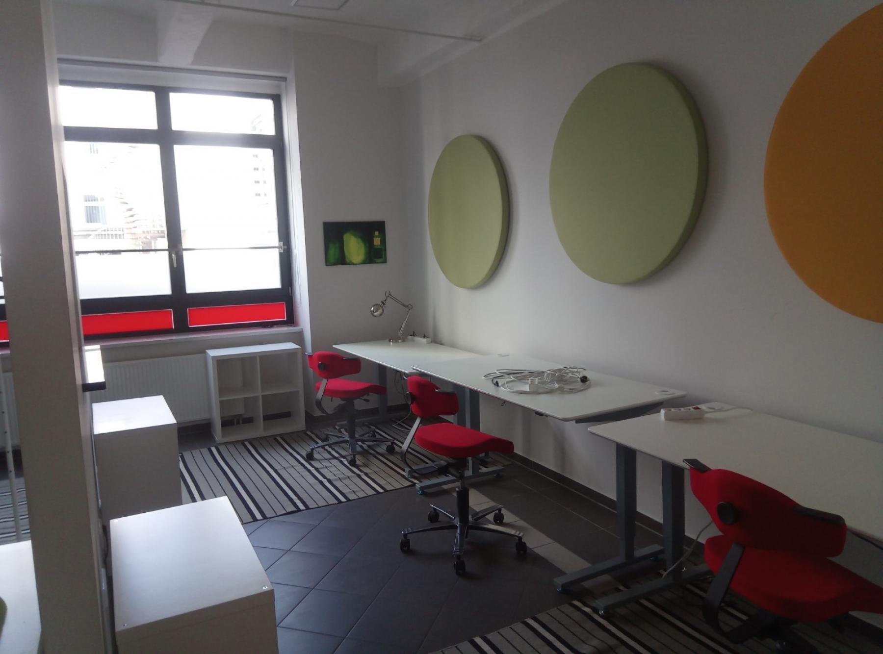 Arbeitsplätze im Teambüro in der modernen Bürolocation in Berlin Moabit