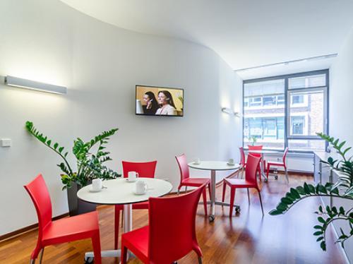 Beeindruckende Business Lounge der Immobilie an der Karl-Marx-Straße in Berlin Neukölln