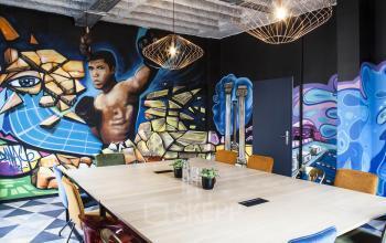 Konferenzraum mit stylischem Wandmotiv