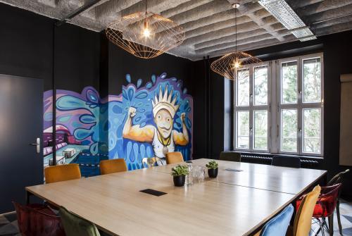 Versammlungsraum mit großem Schreibtisch und modernem Design