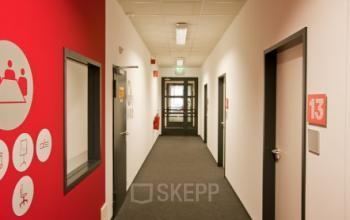 Langer Flur mit Büroräumen zur Miete in Berlin, Gartenfelder Straße