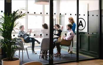Modernes verglastes Büro mit großer Fensterfront