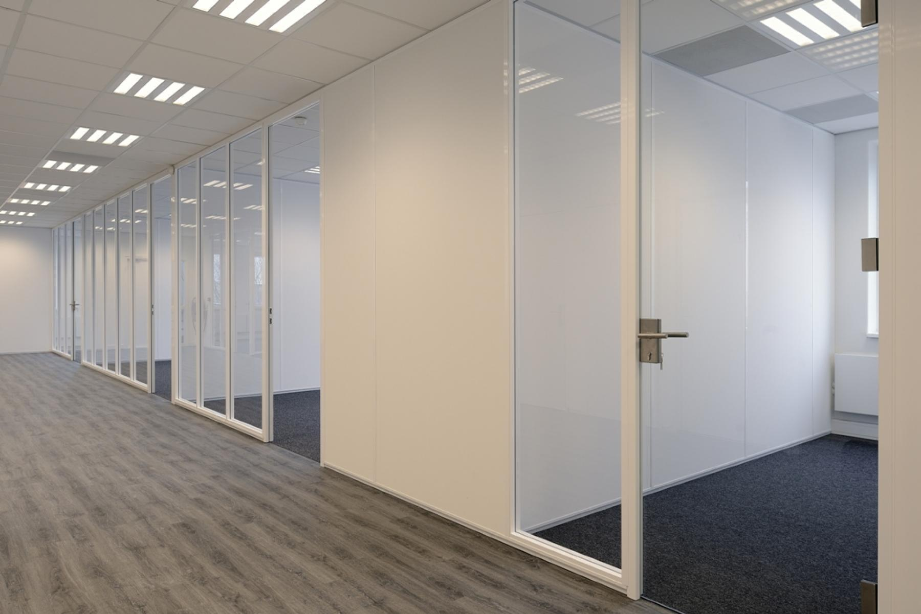 many office spaces light rooms