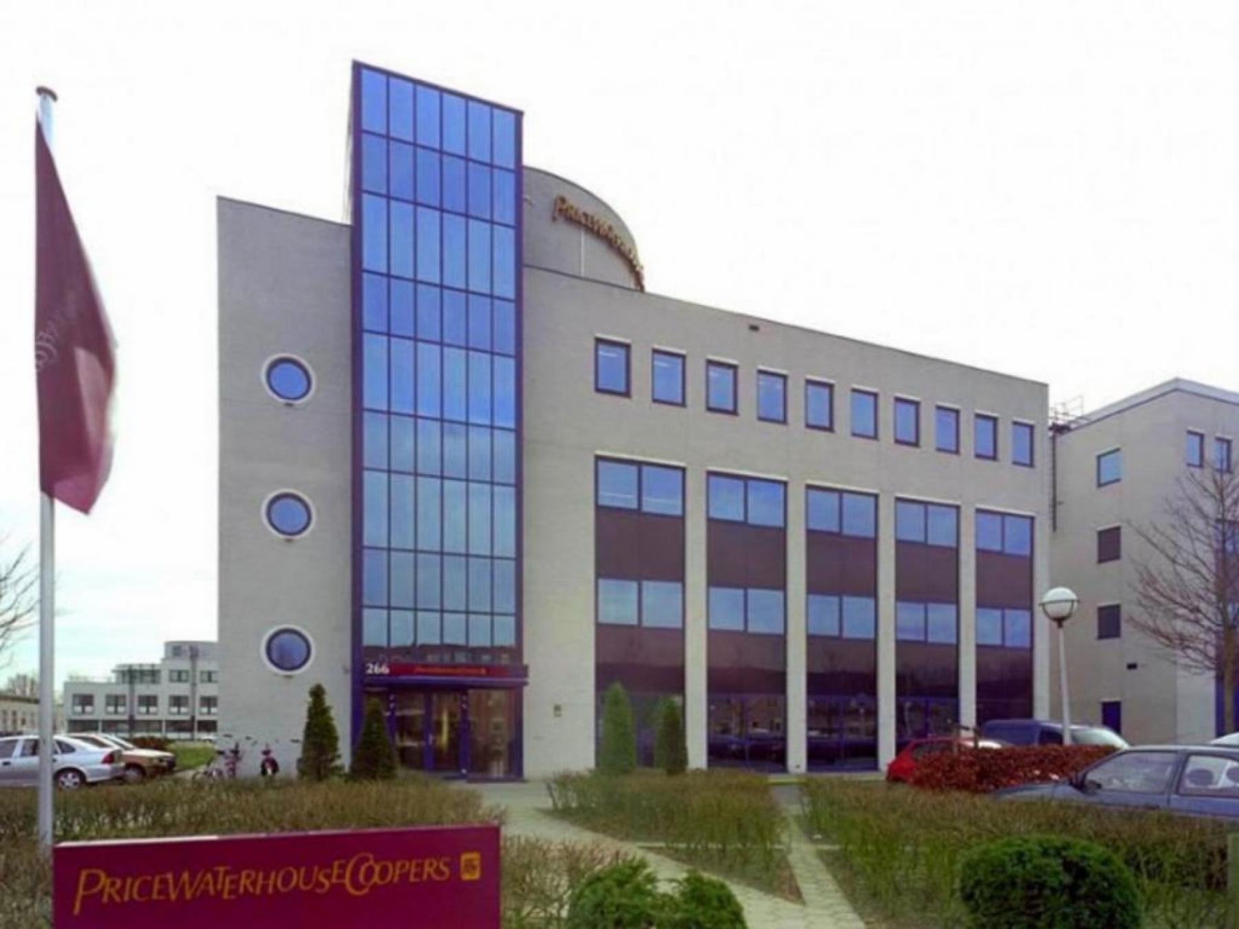 representatief aanzicht van kantoor in Capelle aan den IJssel aan de Roer