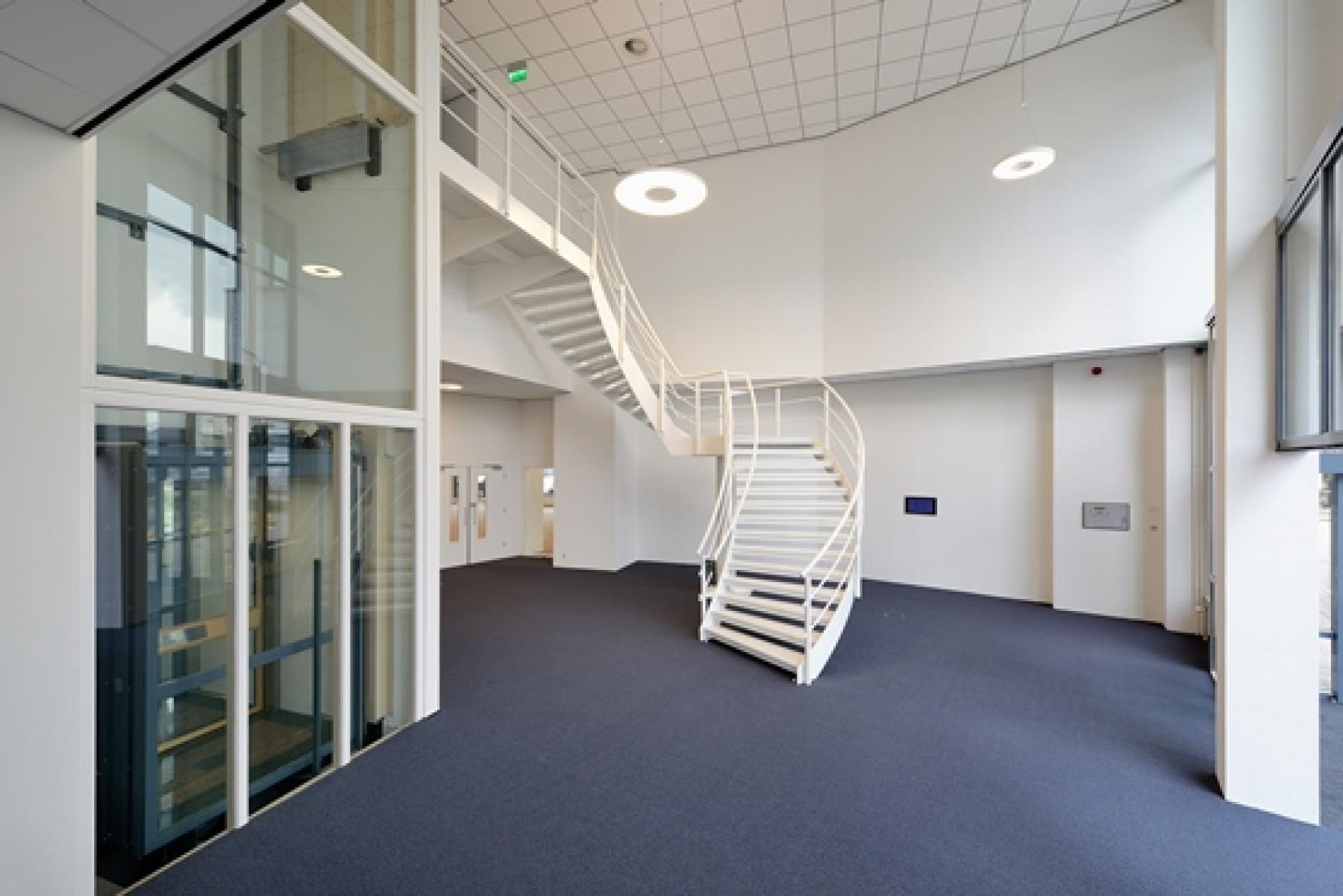 entree trappenhuis lift kantoorpand capelle aan den ijssel