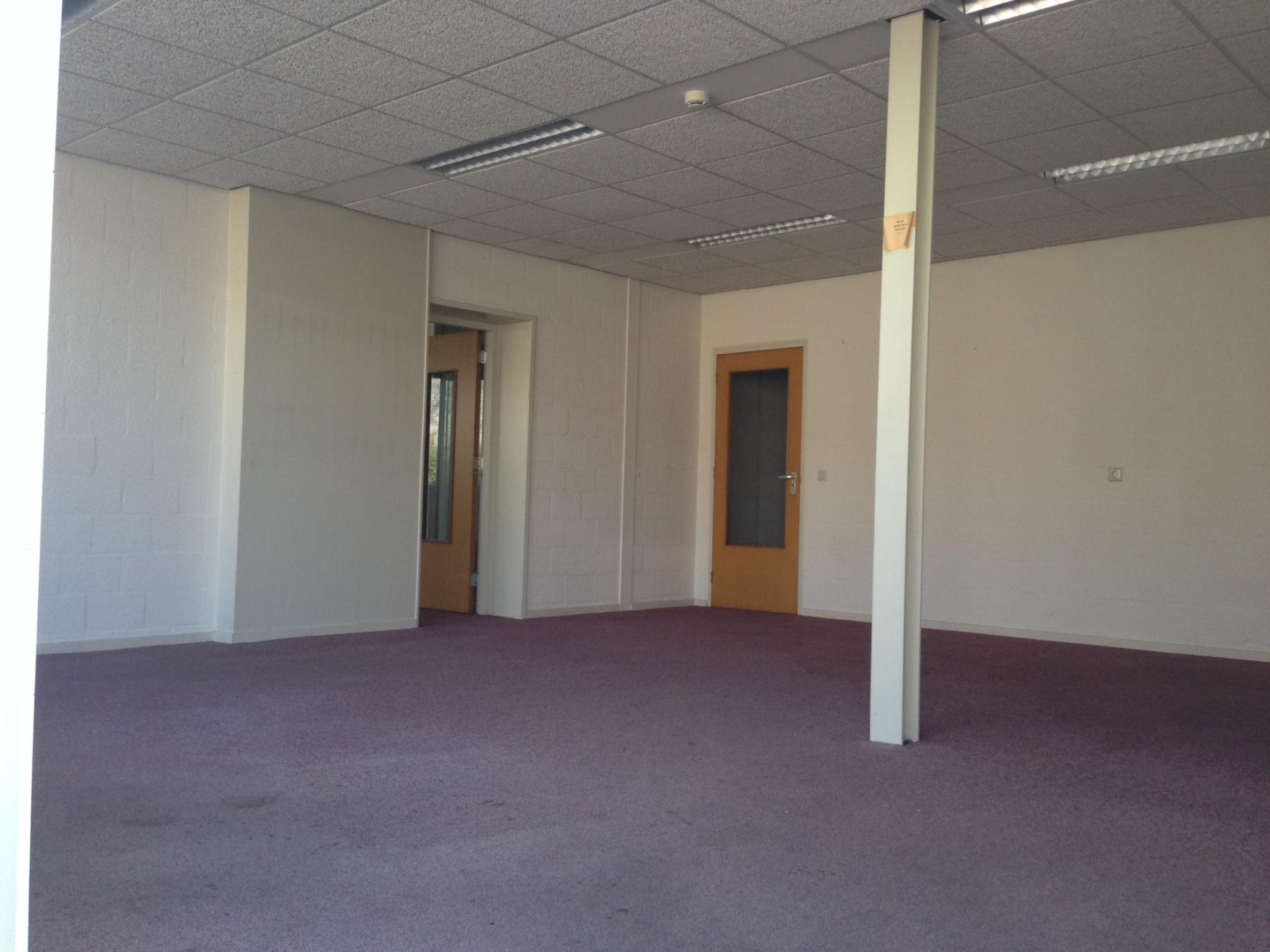 kantoorruimte vloerbedekking deur paal witte muren deuropening kantoorruimte huren de nieuwe erven cuijk