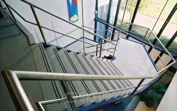 trappenhuis in kantoorgebouw in den bosch aan het pettelaarpark, kantoorruimte te huur