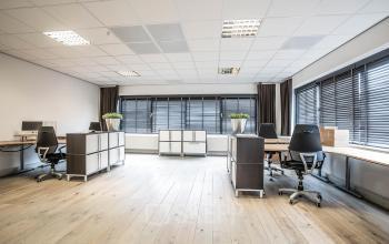 gemeubileerde gestoffeerde kantoorruimte deventer zweedsestraat bureau's bureaustoelen parket ramen uitzicht modern eigentijds inspirerend
