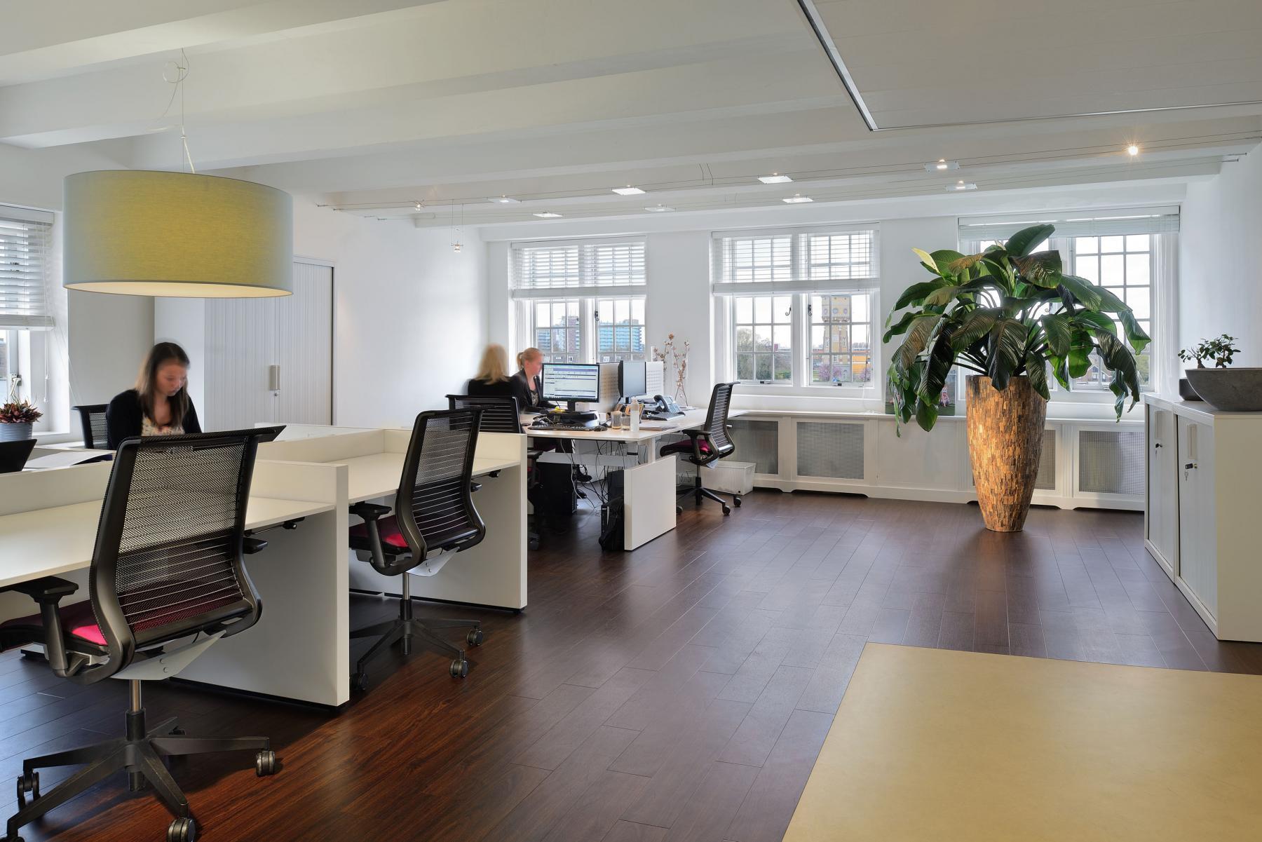kantoorruimte beschikbaar gemeubileerd ingericht afgesloten plant parket raam uitzicht dordrecht wolwevershaven