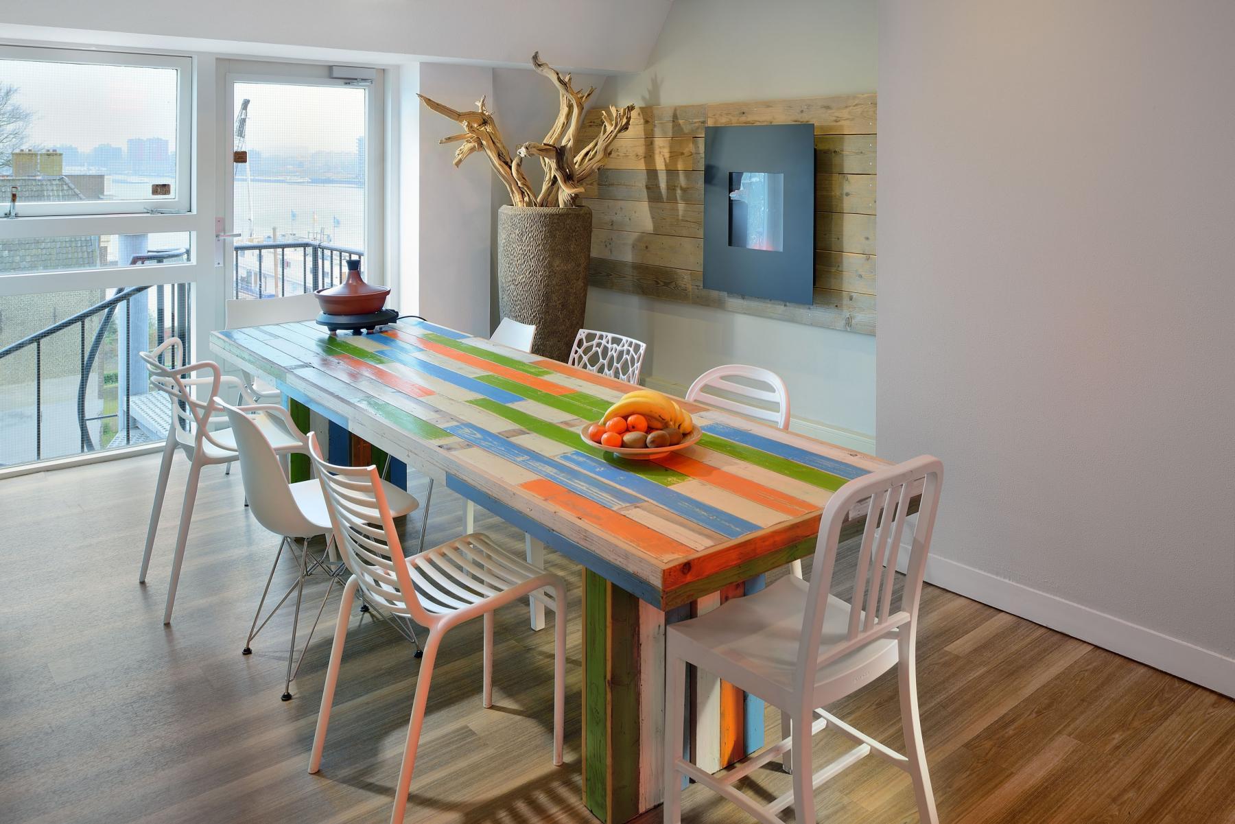 gemeenschappelijke ruimte tafel stoelen planten deuren uitzicht kantoorpand wolwevershaven dordrecht
