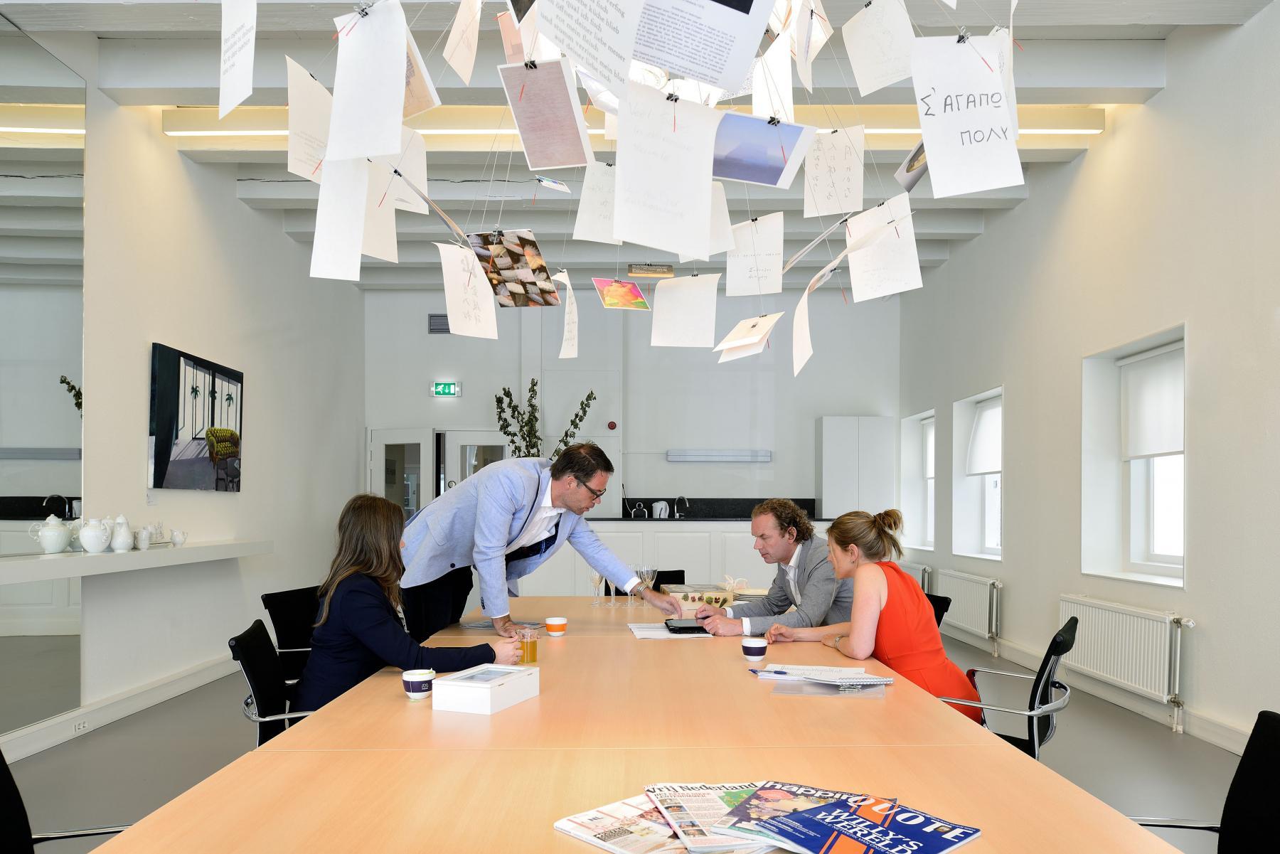 kantoor dordrecht wolwevershaven tafel stoelen lampen ramen uitzicht schilderij