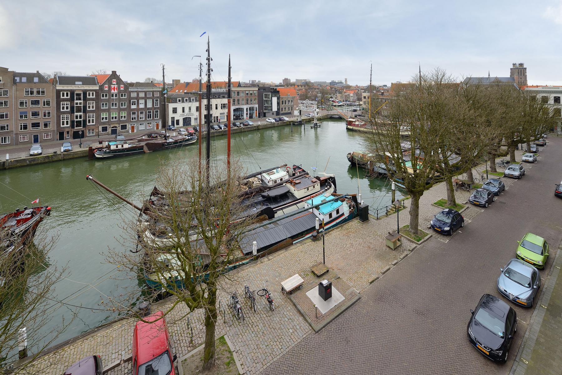 uitzicht op water haven parkeerruimte straat bomen boten kantoorpand dordrecht