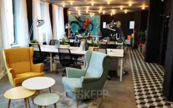 Hippe und gemütliche Coworking-Area mit Arbeitsplätzen und Sesseln