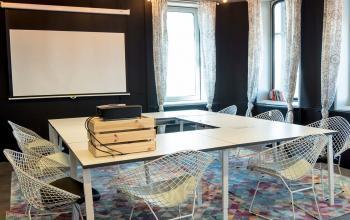 Konferenzraum mit Leinwand
