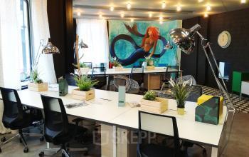 Arbeitsplätze mit toller Ausstattung und stylischem Gemälde