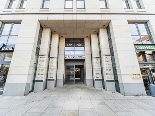 Beeindruckender Eingangsbereich des Bürogebäudes in Dresden