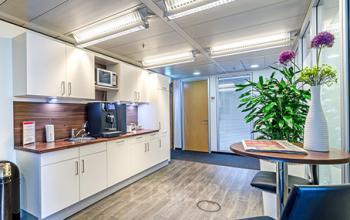 Voll ausgestattete Gemeinschaftsküche des Business Centers in Düsseldorf-Bilk